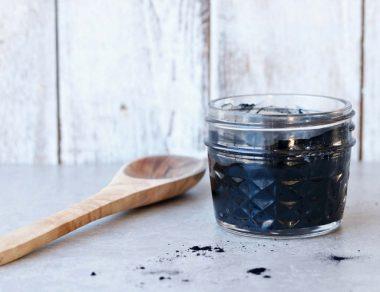 Faites vous-même votre masque facial au charbon  et à l'huile de coco (Détoxifie votre peau avec seulement 3 ingrédients!)